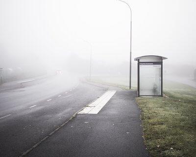 霧雨が降る道路