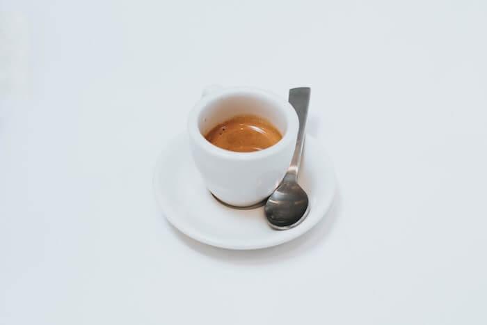 白いカップに入ったエスプレッソコーヒー