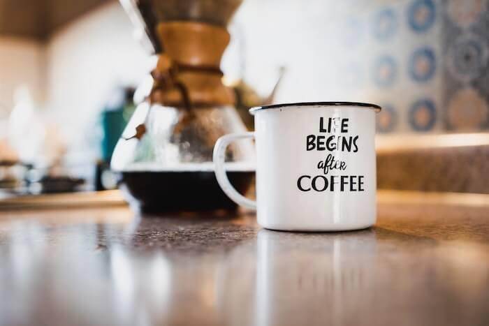 コーヒーを淹れているポットとマグカップ
