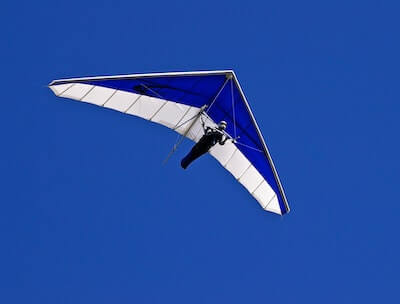 空を飛んでいるハンググライダー