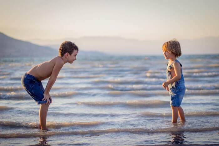 浜辺で向き合う兄弟