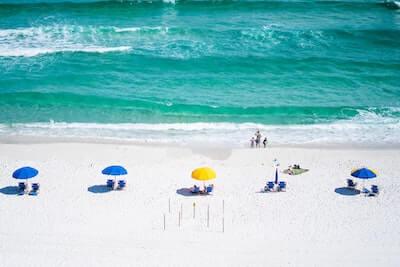 ビーチで日光浴