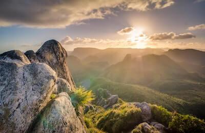 山の向こうにのぼる朝日
