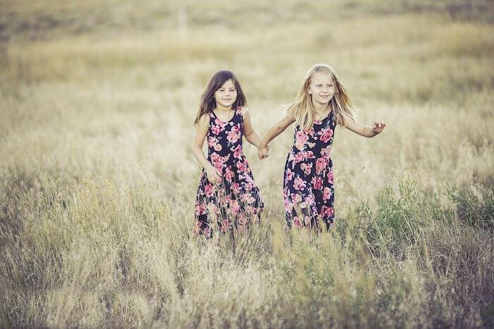 手を繋いで歩く姉妹