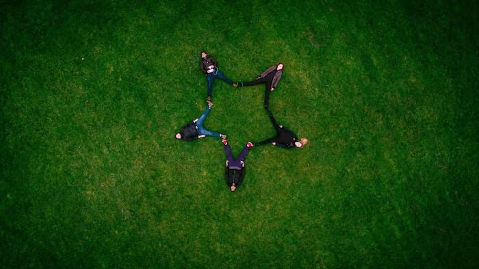 足を広げて星形を作る5人の人