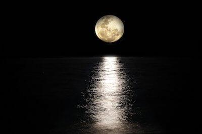 水面に反射する月の光