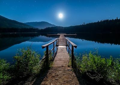 月明かりに照らされた湖と桟橋