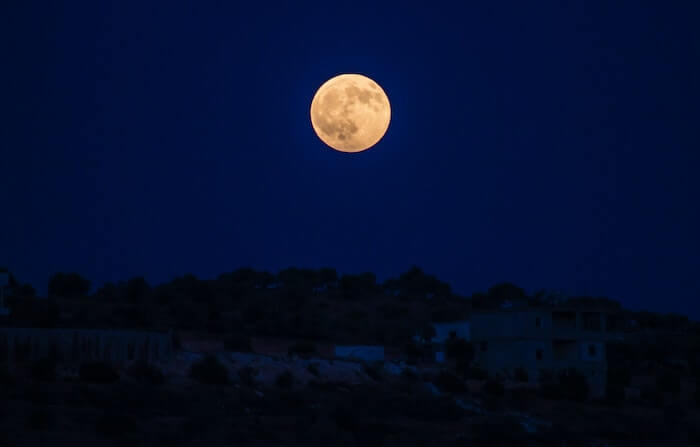 夜空に浮かぶ金色の月