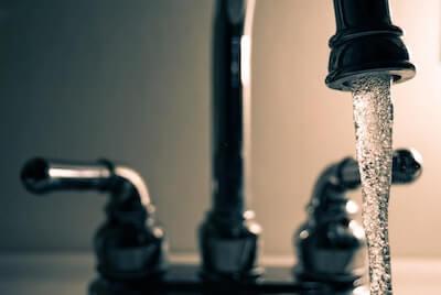 水道から流れる水