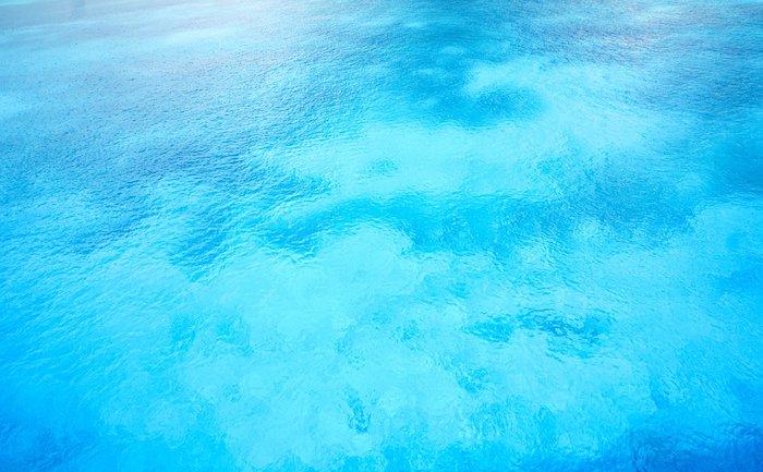 さざ波の美しい水色の水面