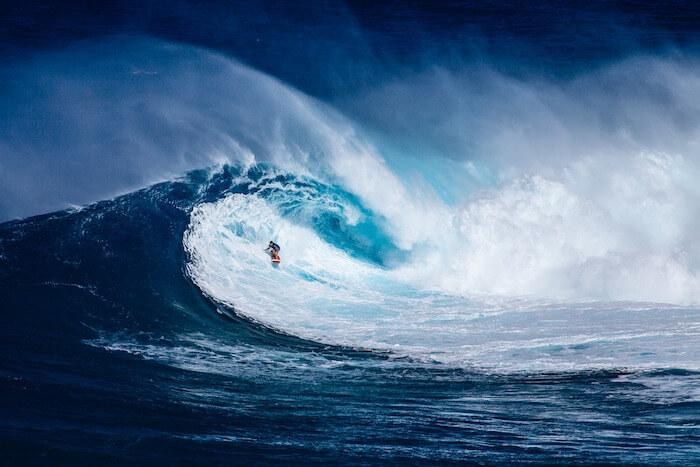大波に乗るサーファー
