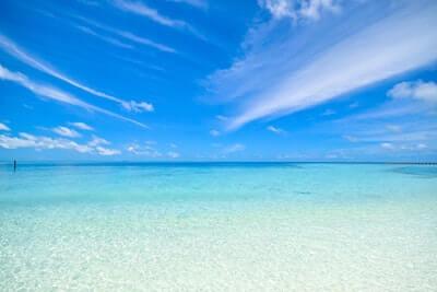 波の穏やかな海辺