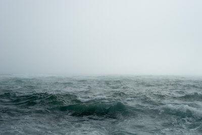 霧が出て波が荒れ始めた海