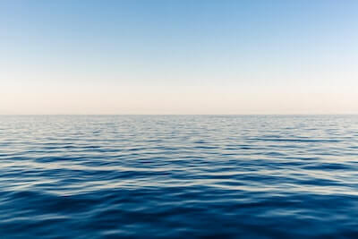 穏やかな波の海