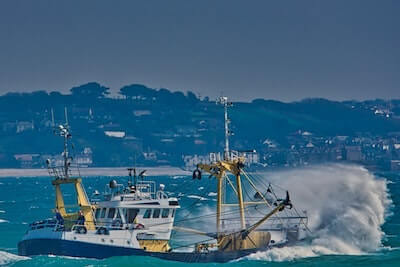 荒れた海をいく船