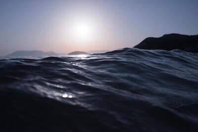 潮の満ちた海