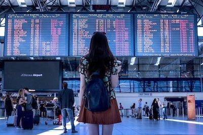 空港の掲示板を見ている女性