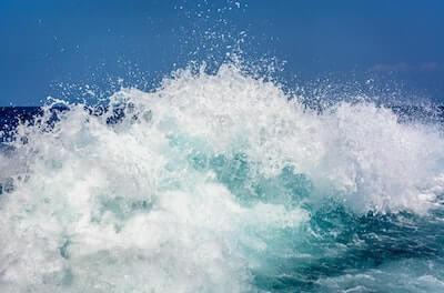 砕けちる波