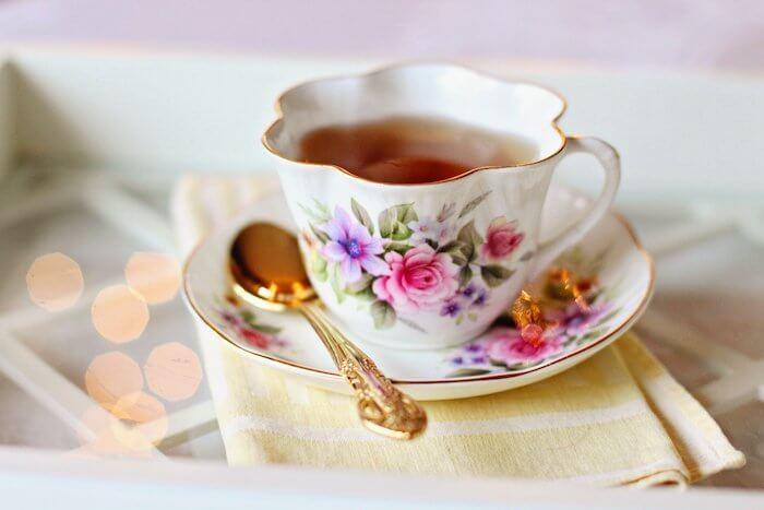 花柄のティーカップの紅茶