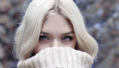 ウールのセーターを着ている女性