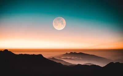 夜明け前の美しい月