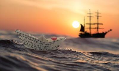 夕暮れの海に浮かぶ帆船