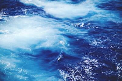 青い海と潮の渦