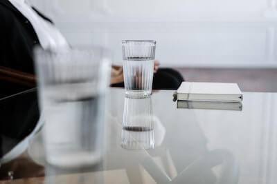 机の上のグラスの水