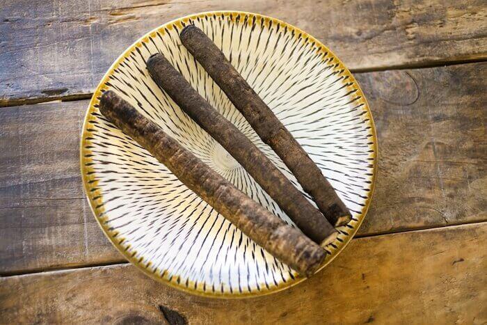 皿の上の3本のごぼう