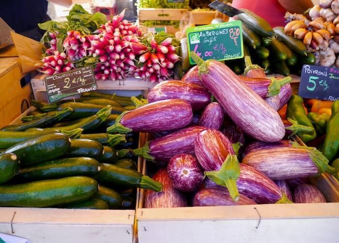 マルシェの店頭に並ぶなすや他の野菜