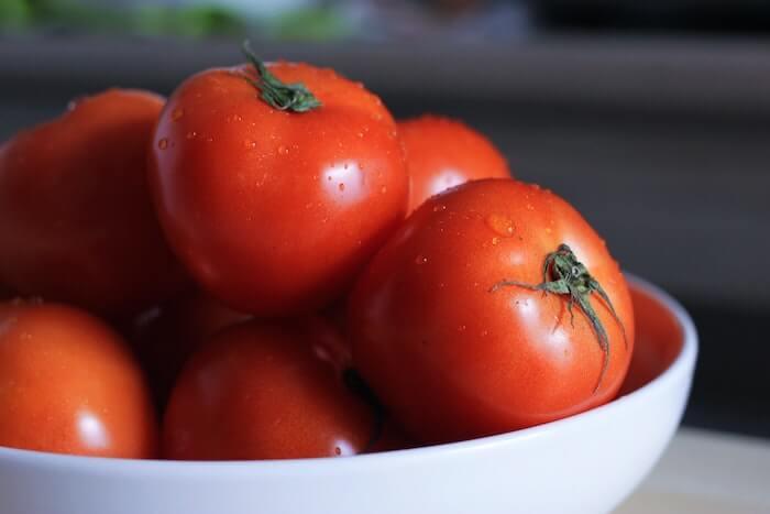 お皿に盛ったトマト