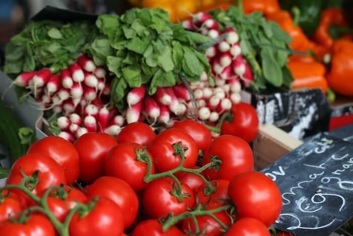 マルシェの店頭に並ぶトマト