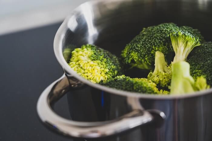 鍋の中のブロッコリー