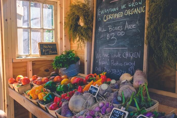 マルシェの店頭に並ぶカブと野菜
