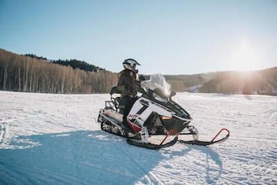 雪原のスノーモービル