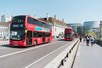 街の中のバス
