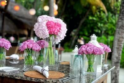 テーブルの上に飾られたデコレートされたバラ