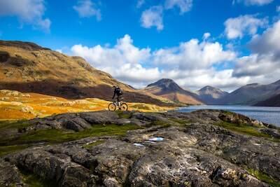 山道を走るマウンテンバイク