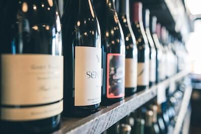 棚のワインボトル