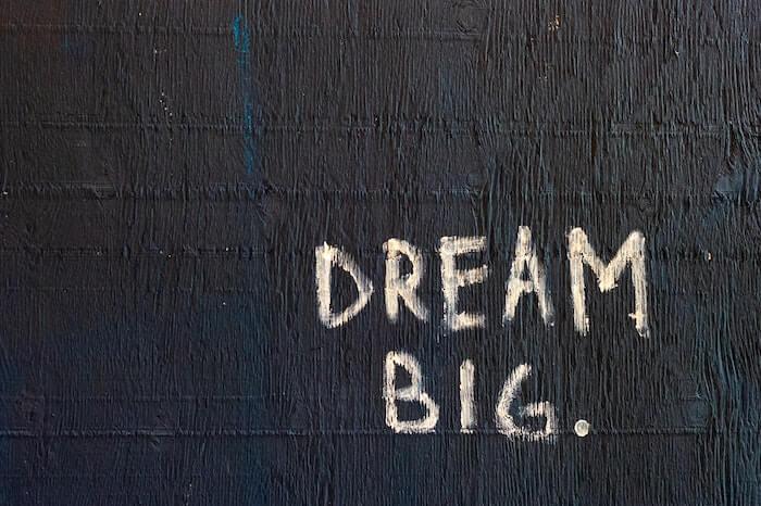 Dream Bigと書かれた壁
