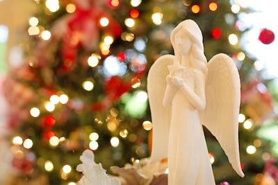 クリスマスツリーと白い天使の人形