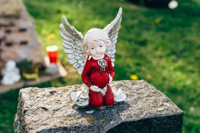 石の上に座る天使