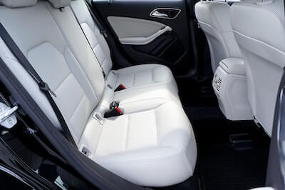 車の後部座席