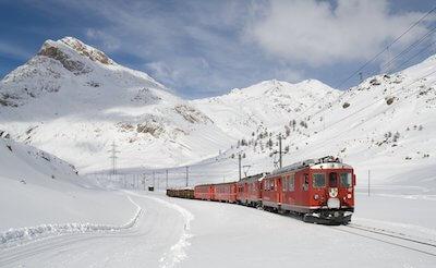 雪の中を走る列車