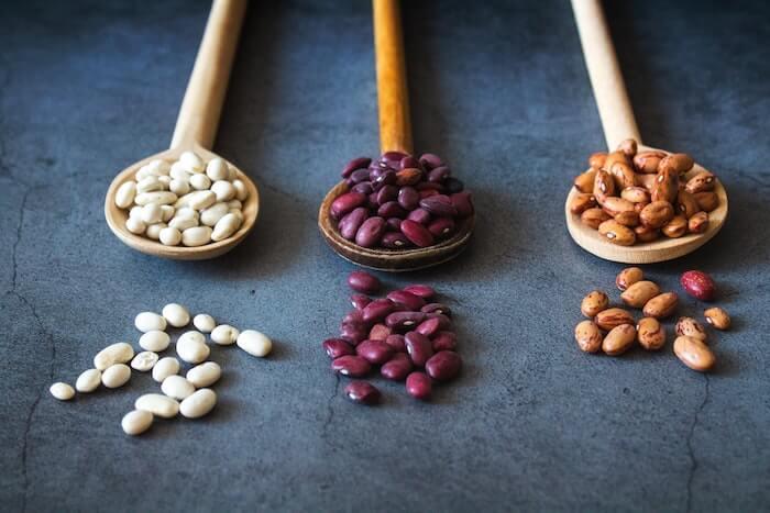 スプーンに乗った3種類の豆