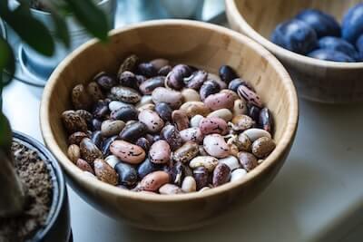 木のボウルの中の豆
