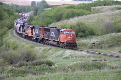 山間を通過する貨物列車