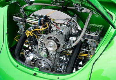 緑色の車のエンジン