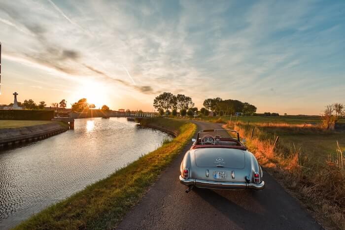 夕陽に映える銀色のオープンカー