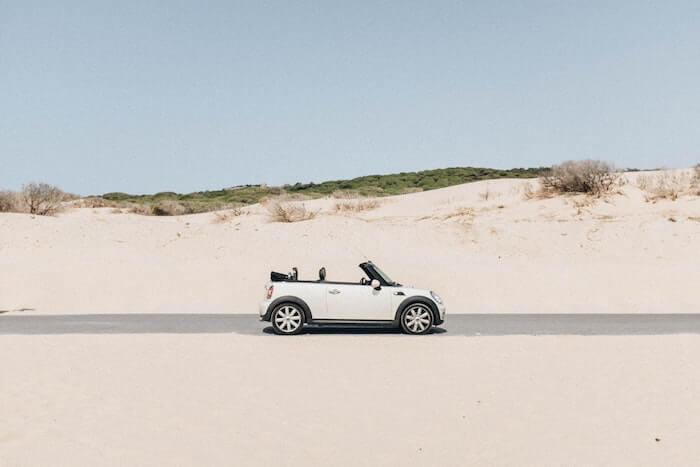 白い砂の草原のオープンカー